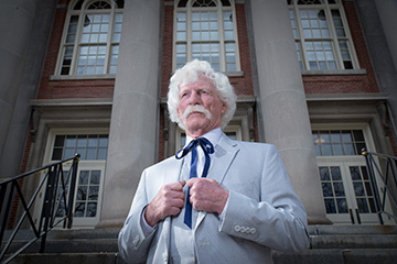 Alumnus Wins Mark Twain Look-alike Contest